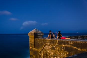 lovers at night in malecon of havana, photo workshops in cuba led by louis alarcon